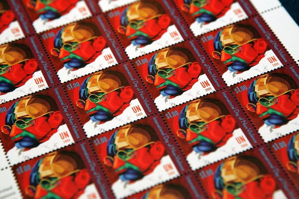 Des timbres émis par l'Administration postale des Nations Unies représentant une peinture du Mahatma Gandhi par Ferdie Pacheco en commémoration de la Journée internationale de la non-violence. (archive)
