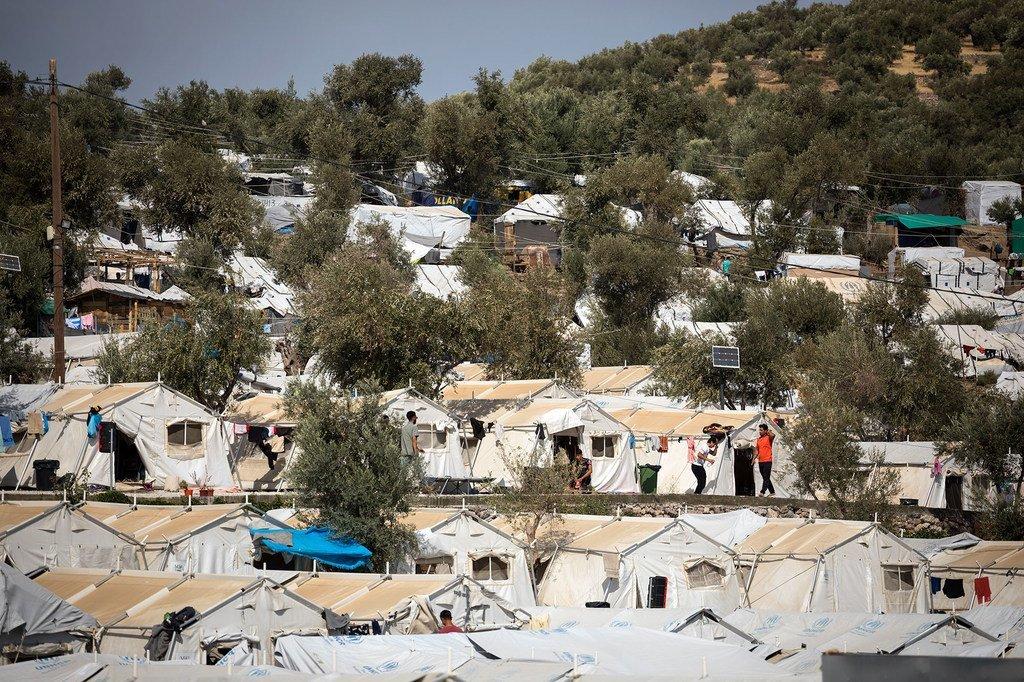Des rangées de tentes sur le site informel de l'oliveraie à l'extérieur du centre d'accueil de Moria. (24 septembre 2019)