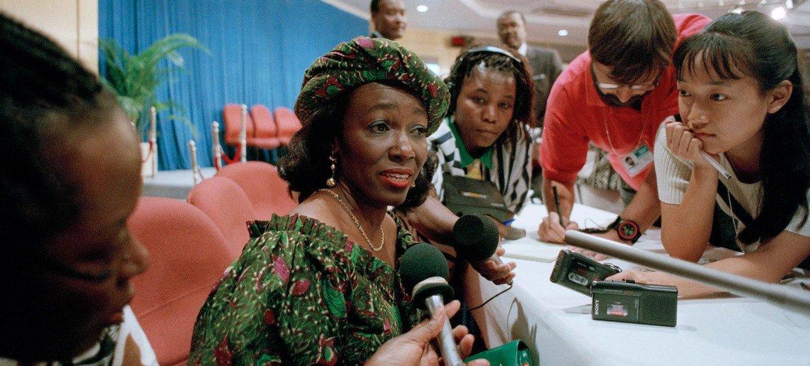 Nana Konadu Agyeman Rawlings, première dame du Ghana, répond aux questions des médias lors de la quatrième conférence mondiale des Nations unies sur les femmes qui s'est tenue à Beijing, en Chine, en septembre 1995