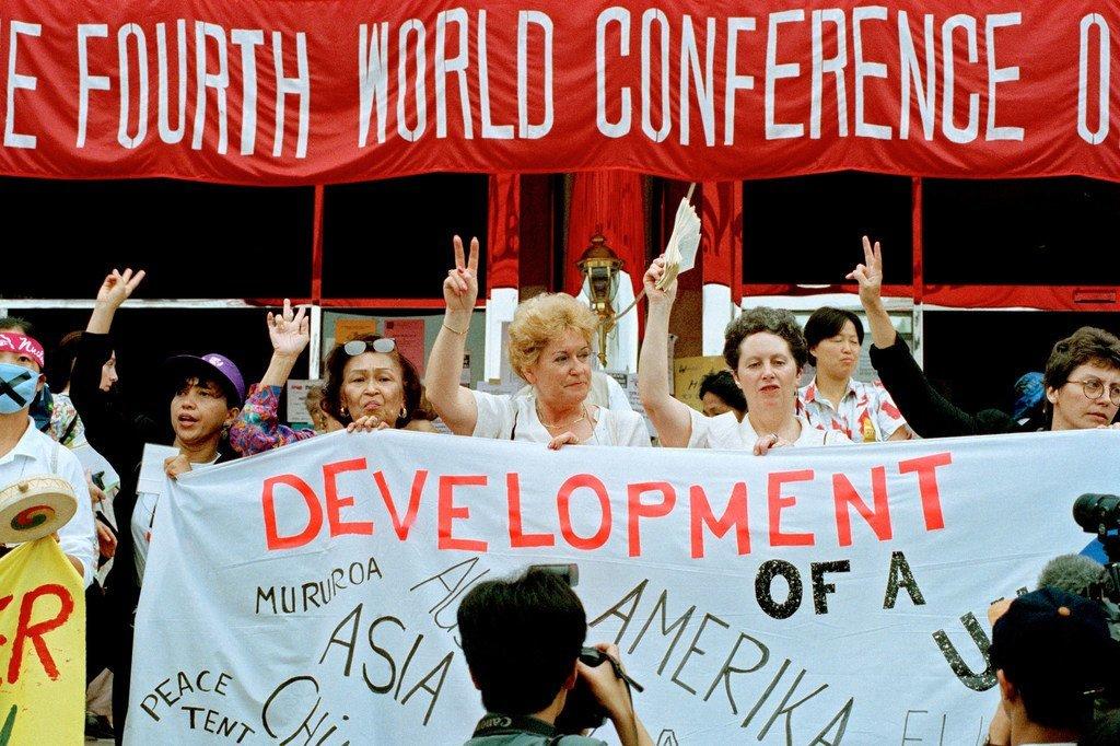 Les participantes de groupes de la société civile rassemblées en marge de la quatrième conférence mondiale des Nations Unies sur les femmes qui s'est tenue à Beijing, en Chine, en septembre 1995.