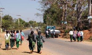 缅甸的学生们在新冠大流行的停课后返回学校。
