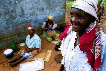Wanawake wazee katika moja ya kambi ya wazee inayohudumiwa na serikali nchini Msumbiji.