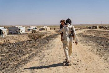 Un homme déplacé qui a fui son village vit désormais dans un camp de tentes à la périphérie de Marib, au Yémen.
