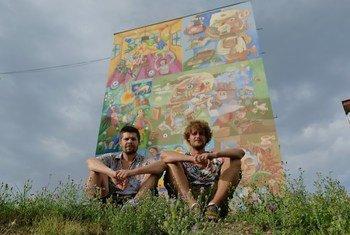 Рикардо Друшкич и Саша Пешевски на фоне их картины.