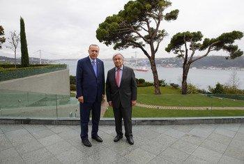 联合国秘书长古特雷斯和土耳其总统埃尔多安(左)在伊斯坦布尔举行会晤。