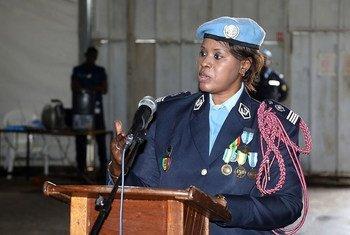 الرائدة سينابو ضيوف من الشرطة الوطنية السنغالية تفوز بجائزة ضابطة شرطة الأمم المتحدة لعام 2019. وتعمل ضيوف مع بعثة منظمة الأمم المتحدة لتحقيق الاستقرار في جمهورية الكونغو الديمقراطية(مينوسكا).