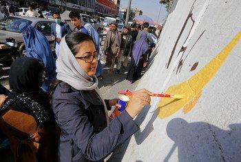 لوحة جدارية إحياء لذكرى الصحفيين الذين قتلوا في أفغانستان تم رسمها على جدار انفجار في وسط كابول.