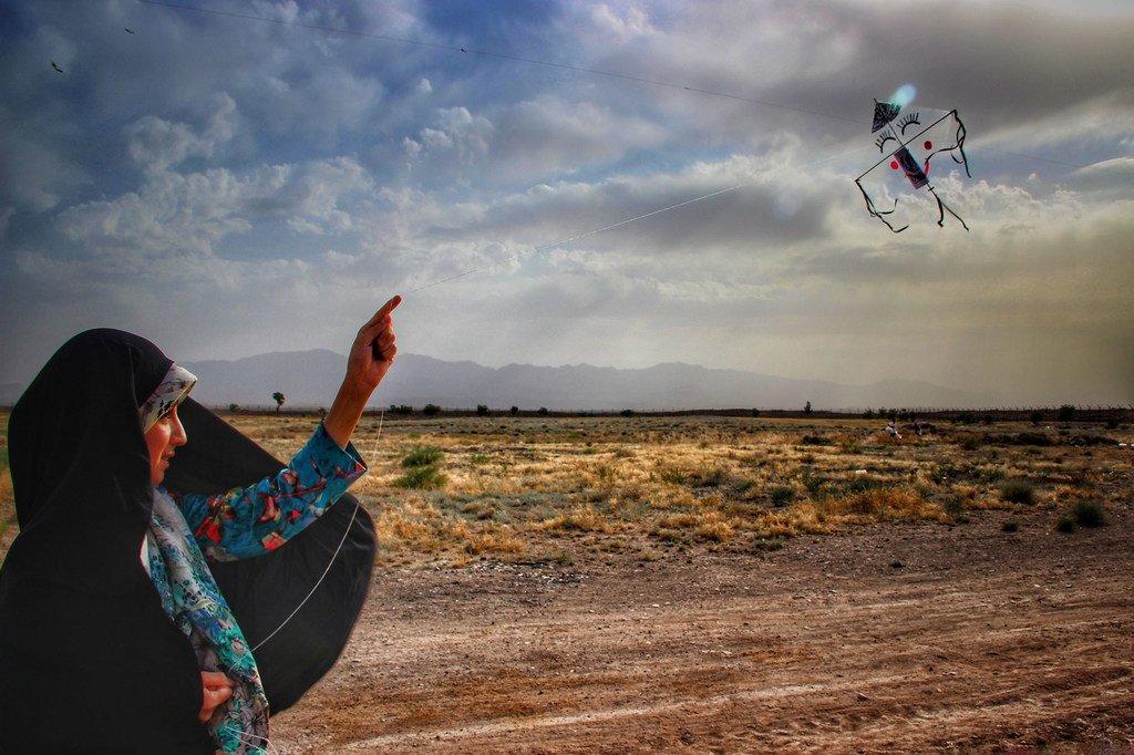 Un enfant réfugié afghan fait voler un cerf-volant dans la colonie de Torbate-Jam, dans la province de Khorasan Razavi, dans le nord-est de l'Iran.