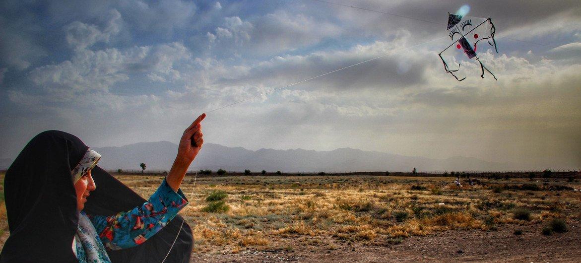 一名阿富汗难民儿童在伊朗东北部的一个定居点放风筝。