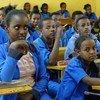 Katika shule ya sekondari ya Mai Tsebri kwenye jibo la Tugray, kasakzini mwa Ethiopia, watoto wakimbizi na wenyeji wahudhuria darasa pamoja.
