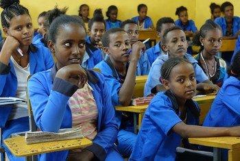 在埃塞俄比亚北部提格雷地区的迈瑟布里中学,厄立特里亚难民儿童与当地儿童一起上课。