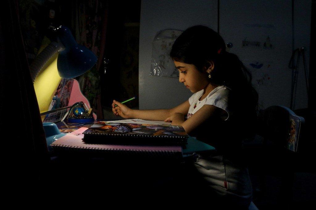 De nombreux élèves des quartiers défavorisés de la ville d'Ahavaz, en Iran, n'ont pas accès aux leçons virtuelles.
