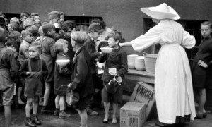 第二次世界大战期间,联合国善后救济总署在比利时向百姓分发食品。