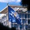 A bandeira da Organização Mundial da Saúde hasteada na sede, que fica em Genebra, na Suíça