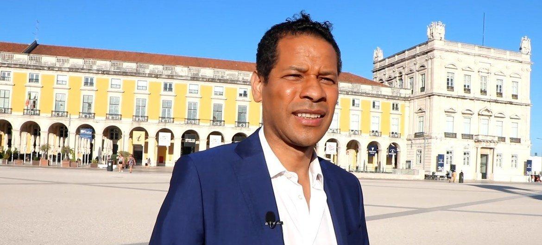 Na Praça do Comércio, Rosário lembra do passado escravocata de Portugal.