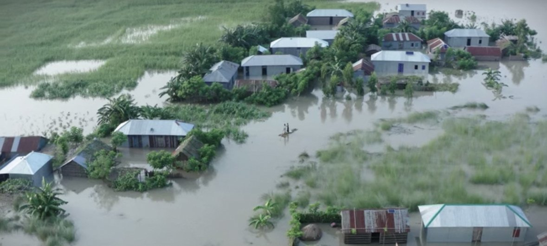 孟加拉国地势低洼、河网密布,使得该国特别容易遭受气候变化和自然灾害。每年全国都有30-50%的地区会面临严重气候冲击,对百姓生活和生计造成严重影响。