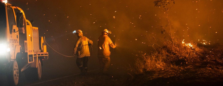 Bomberos en Queensland, Australia, se enfrentan a un incendio.