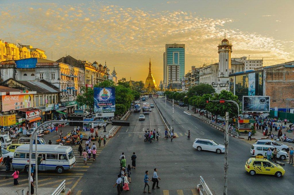Une avenue de Yangon, la capitale économique du Myanmar
