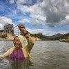 Una mujel utilizando una red para pescar en las aguas del río Rupununi en Guyana.