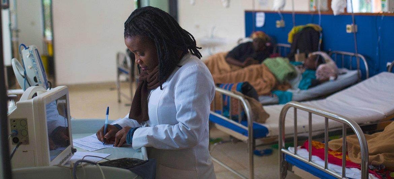 Una enfermera atiende a pacientes con cáncer que reciben tratamiento con quimioterapia en un hospital del distrito de Burera, en Rwnada.