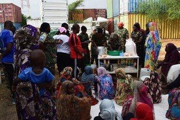 Walinda amani wanawake kutoka Tanzania kwenye ujumbe wa UNAMID huko Darfur wakipatiwa wanawake wakimbizi stadi za kujipatia kipato kupitia upishi wa maandazi.