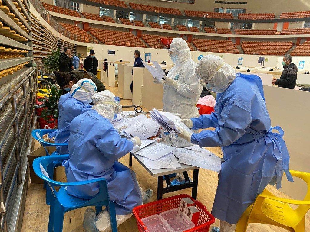 Huachao Sang,Daktari kutoka wilaya ya Jiangsu akitafuta karatasi za mgonjwa wake katika hospitali ilioko Wuhan.