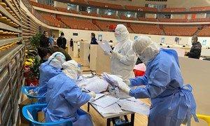 El doctor Juatcho Sang, revisa el expediente de un paciente en Wuhan, China. La bioética ayuda a los trabajadores de salud a tomar decisiones en casos complicados.