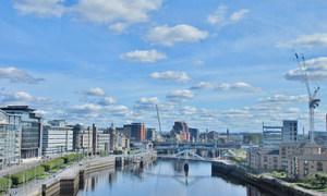 La ville de Glasgow, au Royaume-Uni, devait accueillir la COP26, la conférence des Nations Unies sur le climat désormais reportée en raison du coronavirus