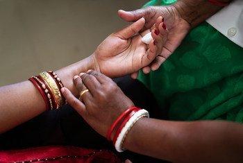 भारत में एक स्वास्थ्य केंद्र में महिला का मेडिकल परीक्षण.