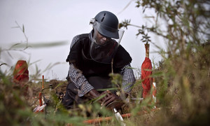一名排雷人员在刚果民主共和国接受培训。