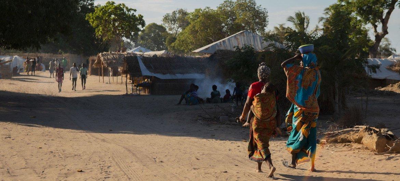 Duas mulheres caminham em um campo de deslocados internos em Cabo Delgado, Moçambique