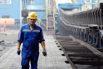 中国天津港的一位工人(2007年图片)。