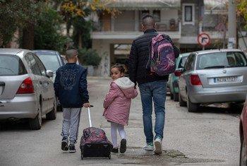 目前居住在希腊定点安置住所的一个阿尔及利亚难民家庭。