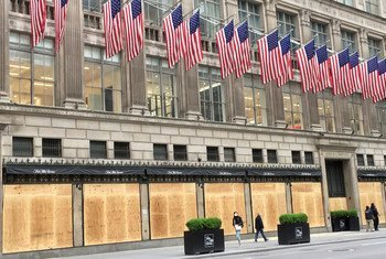 Los ventanales de unos almacenes de lujo en Nueva York cubiertos con maderas para evitar saqueos durante las protestas por el racismo policial.