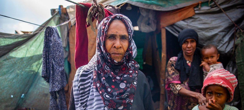 Uma deslocada iemenita fora de um abrigo improvisado que ela compartilha com sua família.