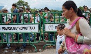 移民们从委内瑞拉进入哥伦比亚的边境城市库库塔。