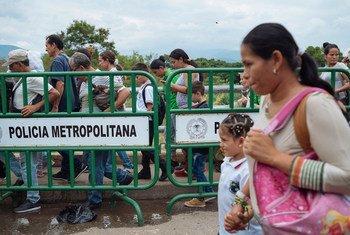 Migrantes cruzan un puesto fronterizo de Venezuela a Cúcuta (Colombia).