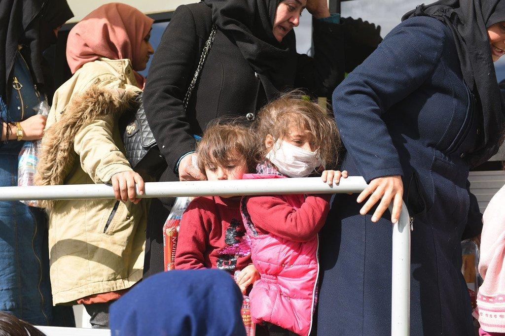 يتجمع اللاجئون والمهاجرون عند معبر بازاركولي بالقرب من أدرنة بتركيا، على أمل السفر إلى اليونان.