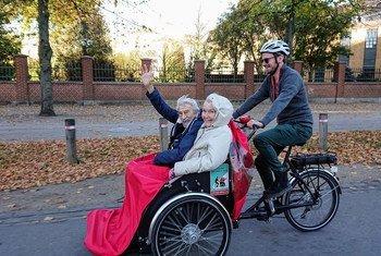 La gente mayor puede seguir disfrutando los paseos en bicicleta.