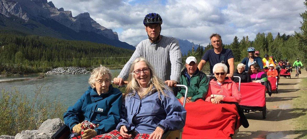 Cyclistes et passagers dans les montagnes Rocheuses, à Canmore, au Canada.
