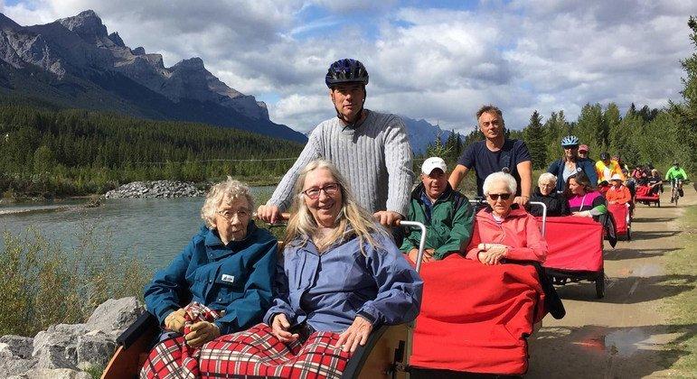 """Pasajeros de """"Ciclismo sin edad"""" en las Rocosas en Canmore, Canadá"""