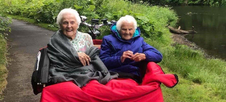 Joyce et Maude lors d'une randonnée avec Cycling Without Age à Musselburgh, en Écosse.