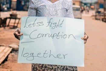 في الأمم المتحدة، مناقشات حول حلول لمنع الفساد ومكافحته.