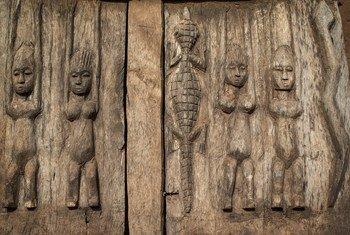 По данным ЮНЕСКО, объемы незаконной торговли предметами искусства превышают 10 млрд долларов в год