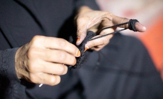 روضة تعمل بالخياطة. وقد كانت معروفة في المحلة التي كانت تعيش فيها بأنها ماهرة في صنع الملابس الجميلة.