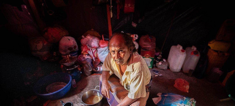 في المخيم الذي يعيش فيه في إب، يقوم أحمد بتحضير طبقه المفضل