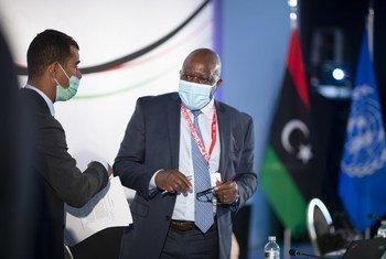 عمر حمادي، ورايزدون زينينغا، الأمين العام المساعد ومنسق بعثة الأمم المتحدة للدعم في ليبيا (إلى اليمين) يحضران منتدى الحوار السياسي الليبي، سويسرا، 28 يونيو - 02 يوليو 2021.