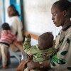 أم تحتضن طفلها (عام) الذي يعاني من سوء التغذية، في أحد المراكز الصحية في إقليم تيغراي شمالي إثيوبيا.