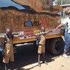 Дети в Зимбабве учатся соблюдать физическую дистанцию, чтобы избежать заражения COVID-19.