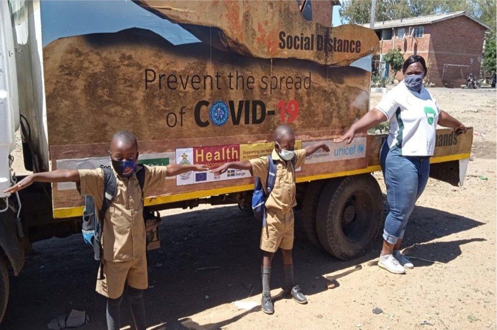Des enfants du Zimbabwe montrent un exemple de distanciation sociale sûr.